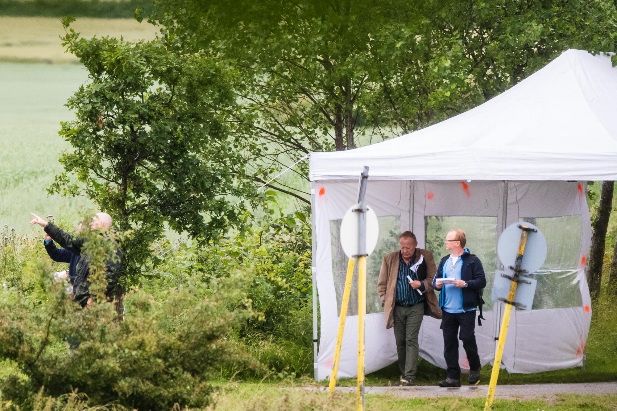 Ved ankomsten blev deltagerne taget imod blandt andre af de to For Frihed-aktivister Freddie Nygaard Larsen (blå trøje) og Chang Claus Lembirk, der tidligere i år blev ekskluderet fra Nye Borgerlige. (Foto: Researchkollektivet Redox)