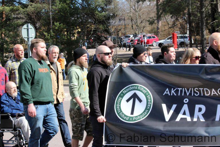 Alex Jönsson ses her med grøn trøje ved Nordiska Motståndsrörelsens demonstration i Falun 1. Maj. (Foto: Fabian Schurmann)