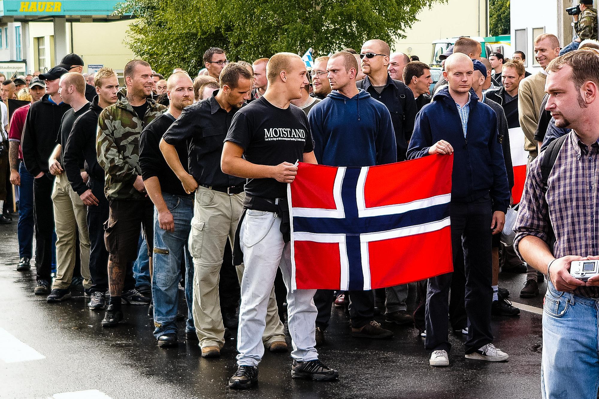 I 2004 deltog norske nazister i Hess-marchen i den tyske by Wunsiedel, hvor den nazistiske martyr Rudolf Hess lå begravet. De blev senere aktive i NMR's norske afdeling. I midten til højre ses svenske Pär Öberg, der i dag sidder i NMR's ledelse og har ansvaret for organisationens parlamentariske gren. Foto: Privat.