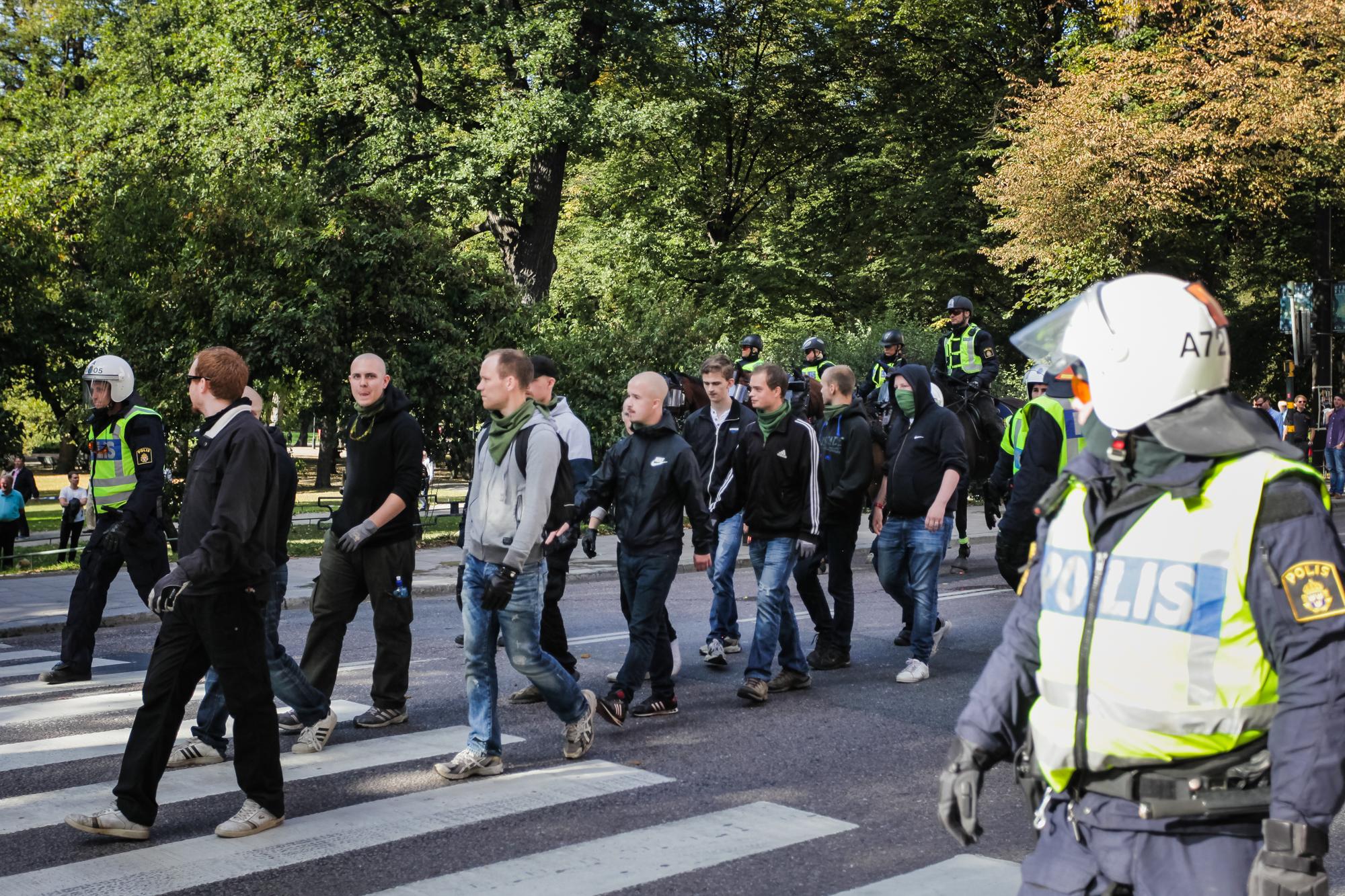 På trods af SvP og SMR's rivalisering i begyndelsen af dette årti, deltog en mindre, men meget aggresiv gruppe SMR-aktivister i SvP's demonstration i Stockholm. Demonstrationen markerede starten på den ét år lange valgkamp. Foto: Redox.