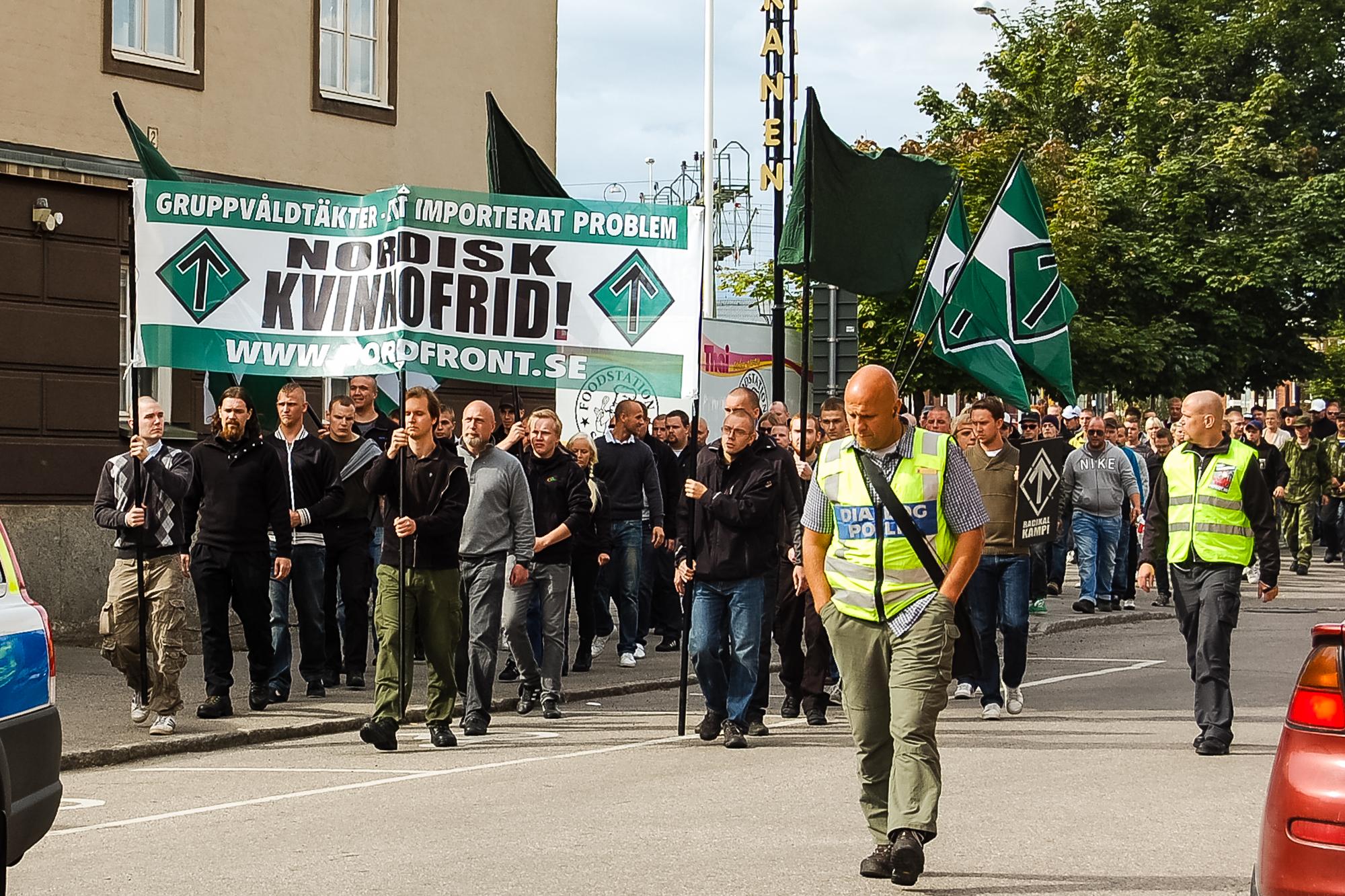 I august 2012 samlede NMR lidt over 100 deltagere i en demonstration, der gik igennem den svenske by Bollnäs, i demonstrationen deltog både Henrik Jarsbo og Esben Rohde Kristensen som repræsentanter for DNSB. Foto: Privat.