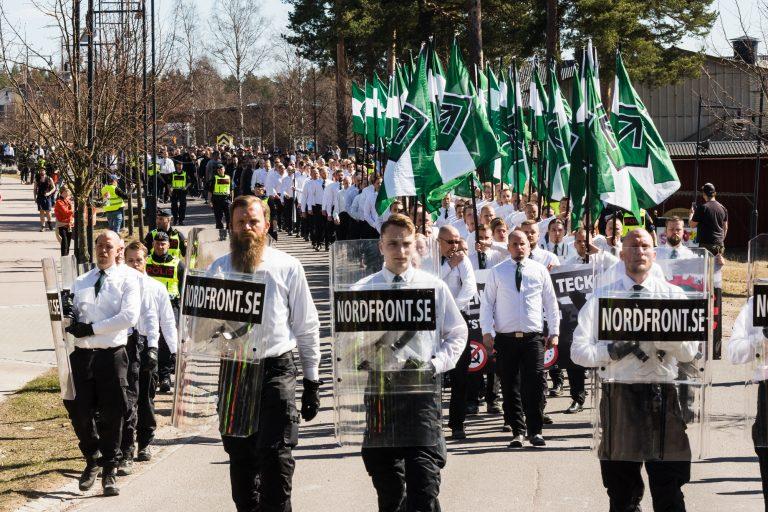 Da NMR 1. maj i år marcherede gennem den svenske by Falun, var det med op cirka 600 deltagere - heraf mange i fuld uniformering med faner og skjolde. Foto: Redox.