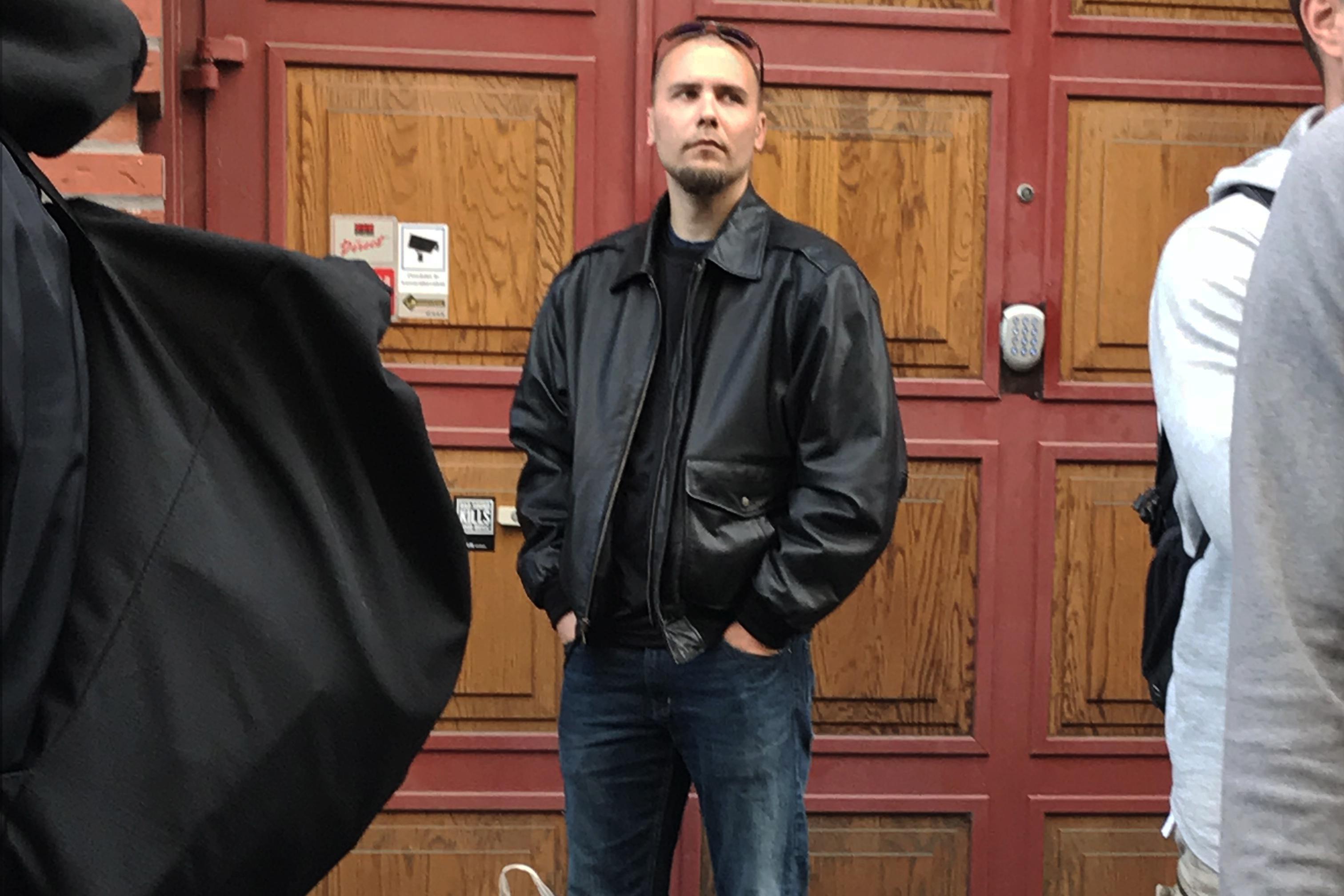 Jesper Hassel Hansen ses her på vej til nazimarchen i Göteborg. Politiet hev ham om bag afspærringerne, efter han var blevet udpeget af antiracister, der råbte slagord af ham. (Foto: Privat)
