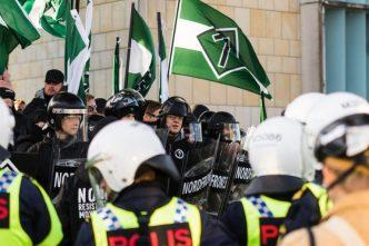 Kampklædte nazister fra NMR danner front mod politiet i Gøteborg. (Foto: Researchkollektivet Redox)