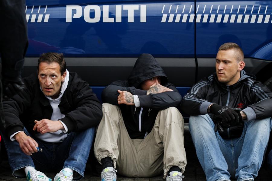 Mickey Weiergang Dreier (til højre) samt en blandet gruppe fra Rightwings og andre dele af den yderste højrefløj blev tilbageholdt af politiet og eskorteret væk fra området omkring Christiansborg, da de var blevet jaget på flugt af en stor gruppe antifascister. Det skete 10. maj 2014, da Danmarks Nationale Front forsøgte at gennemføre en nazistisk demonstration i København. Foto: Redox
