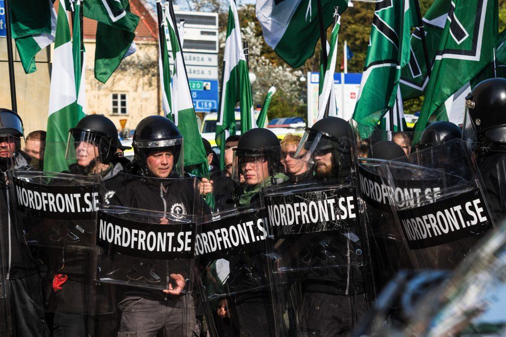 Sådan så det ud da Den Nordiske Modstandsvægelse i september 2017 udrustet med skjolde, hjelme og flag forsøgte at marchere igennem Göteborgs gader. Foto: Redox.