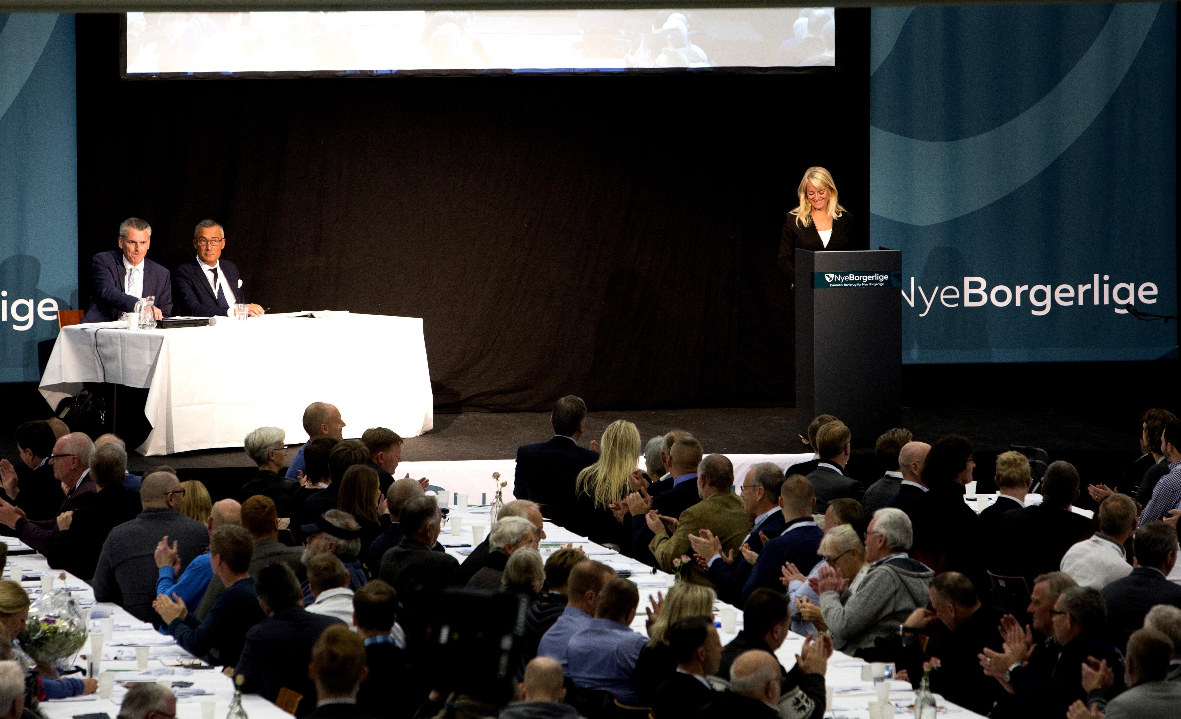 Pernille Vermund på talerstolen ved Nye Borgerliges landsmøde i 2016. (Foto: Researchkollektivet Redox)