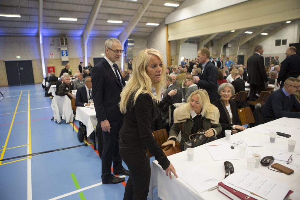 Pernille Vermund ved partiets årsmøde i 2016, flankeret af pressechef Lars Kaaber. Foto: Redox.