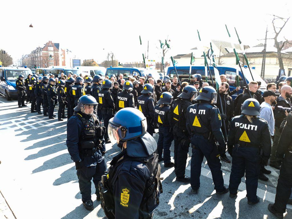 NMR marcherer i København 6. april 2019 omringet af politi. (Foto: Privat)