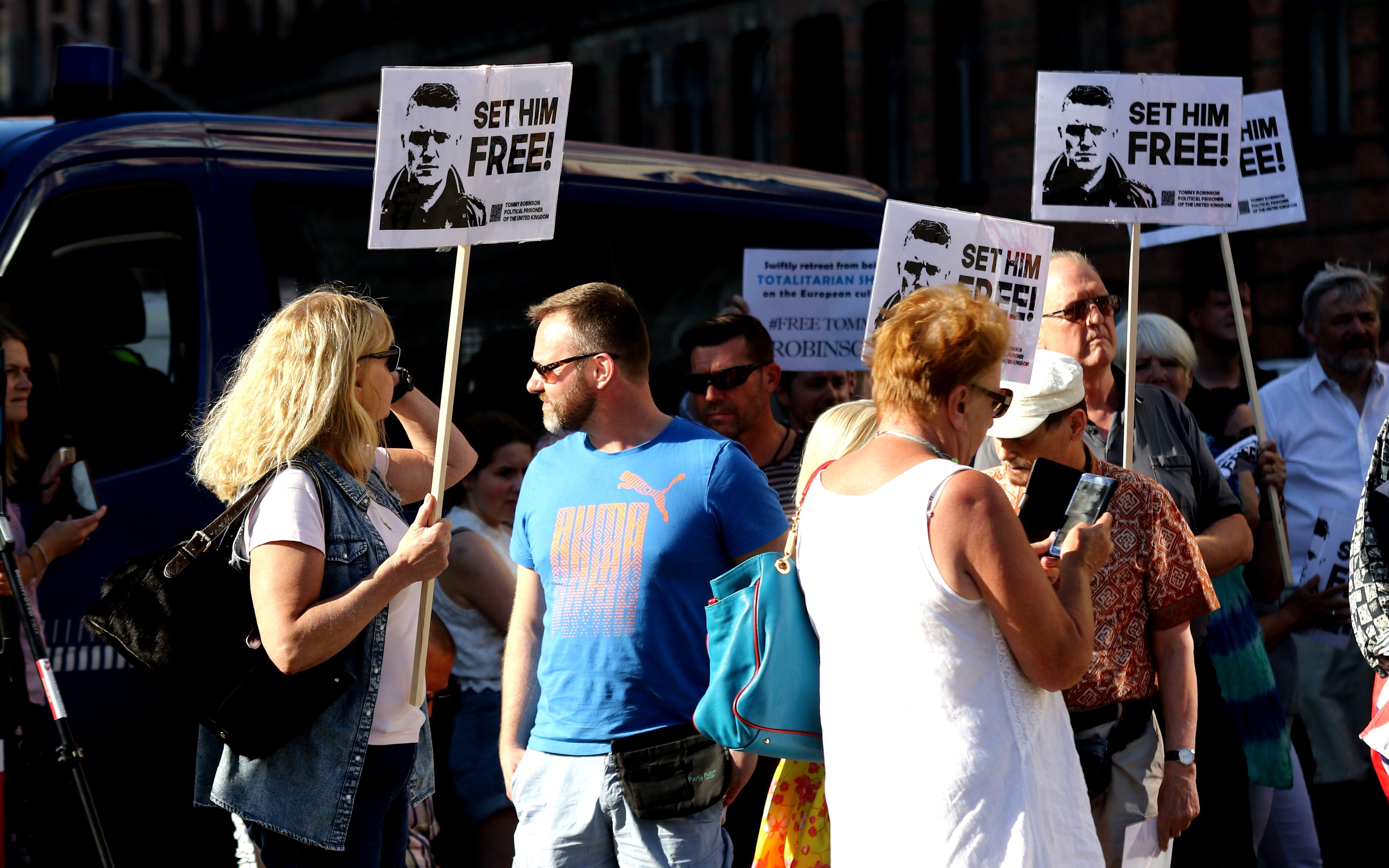 Ketil Wathne-Rasmussen ses her i blå t-shirt, ved en demonstration for løsladelse af den britiske højreraidkale aktivist Tommy Robinson i maj 2018. Overfor ham i hvid t-shirt og denimvest ses Ingrid Carlqvist. Foto: Redox.