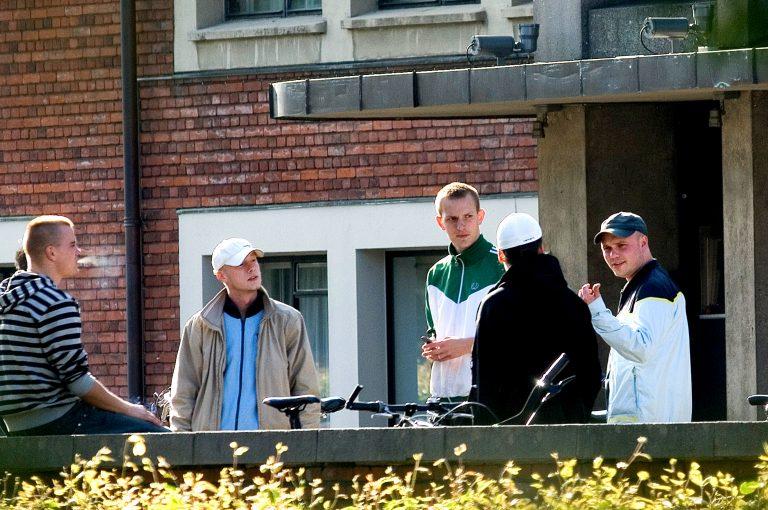 Rasmus Medoc Benée Hansen (yderst til højre) foran hovedbiblioteket i Århus i juni 2007, hvor lokallisten Århus mod Moskeen holder møde. Han er i selskab med en række andre medlemmer af White Pride, blandt andet de flere gange voldsdømte Simon Hvass Jacobsen og Thomas 'Randers' Vestergaard. Foto: Redox.
