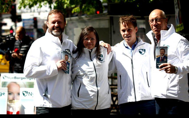 Ninna Martina Moeskær (anden fra venstre) ses her sammen med Nye Borgerliges spidskandidat i København Ketil Wathne-Rasmussen (første fra venstre) under ude og føre valgkamp på Nørrebro i maj 2019. Foto: Redox.
