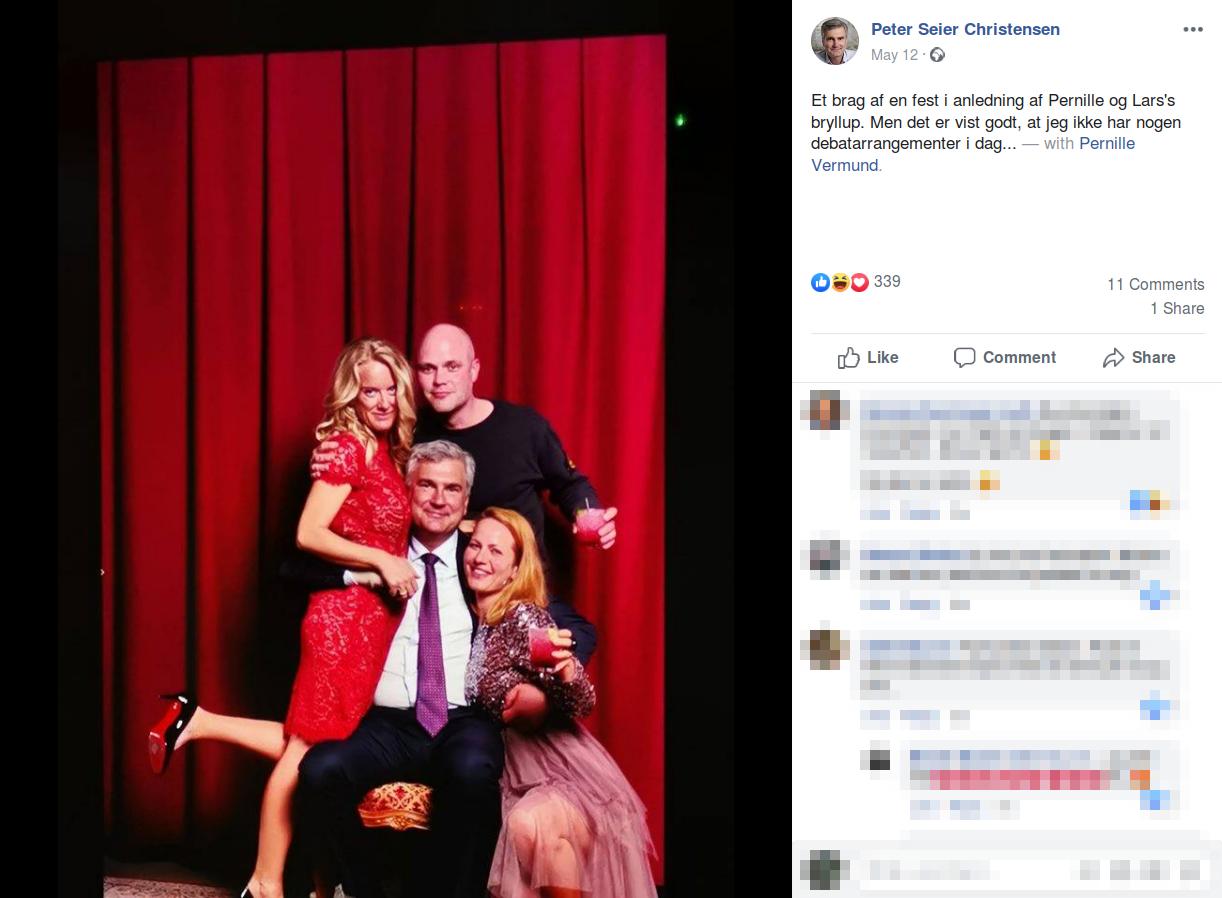 Søndag den 12. maj delte Nye Borgerliges politiske næstformand, Peter Seier Christensen, et billede fra partilederens bryllup, hvor han selv poserer sammen med Vermund, Medoc og dennes hustru. Screenshot.