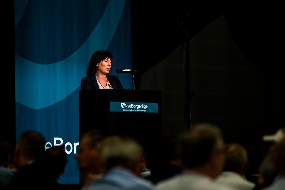 Annette Skov Andersson ses her på talerstolen ved Nye Borgerliges årsmøde i 2017. Foto: Redox.