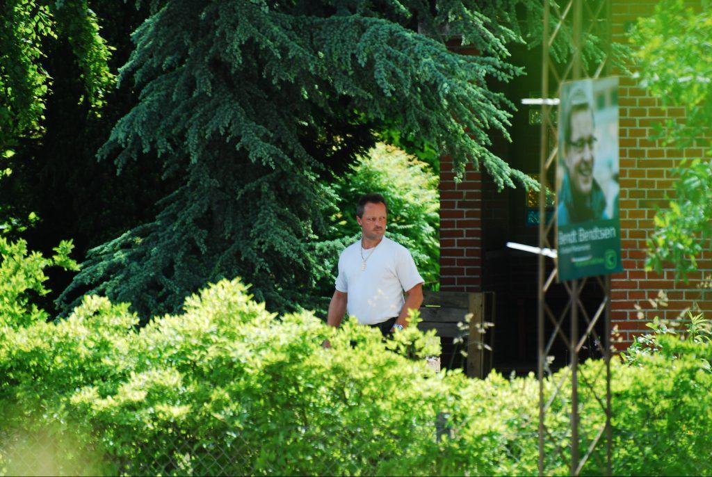 Michael Ellegaard foran sit hjem i Bolbro, hvor politiet fandt pistolen og rørbomben. (Foto: Redox)