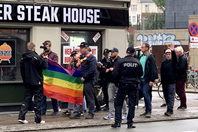 Peter Madsens sjæleven, Camilla Kürstein, ses her ved siden af Rasmus Paludan i front for Stram Kurs' demonstration på Nørrebrogade i lørdags.