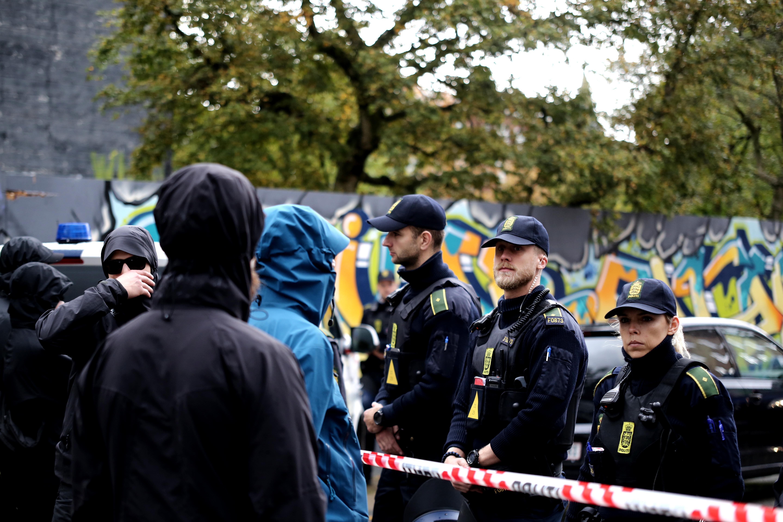 Politiet fremstod meget overraskede, da over hundrede antifascister pludselig troppede op på Amager lørdag formiddag.