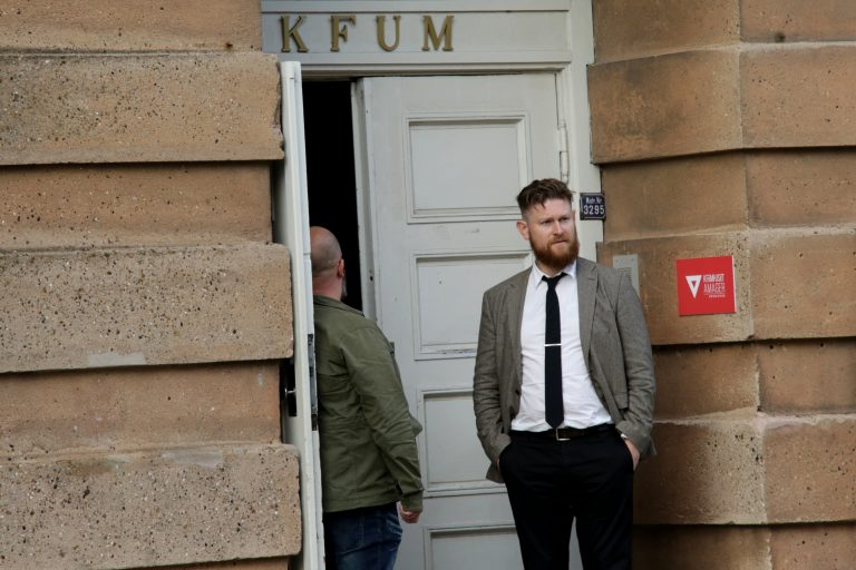 En skuffet arrangør, Frodi Midjord, foran KFUM-lokalerne. Foto: Redox.