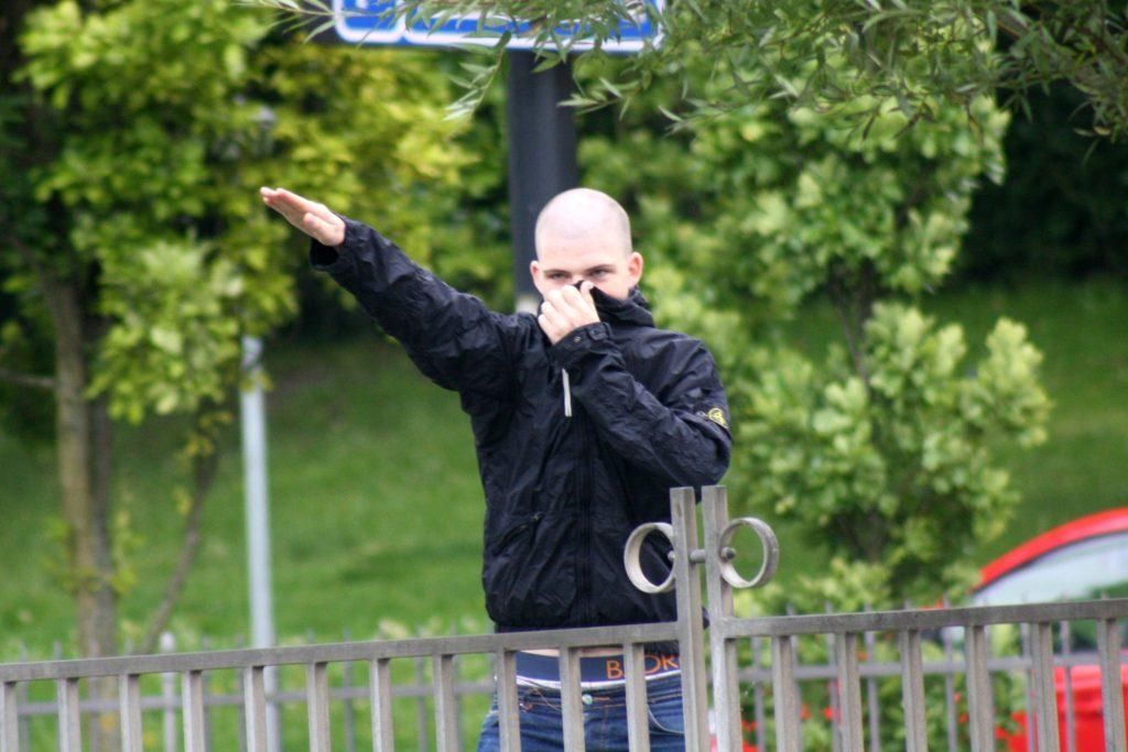 I august 2011 angreb Andreas Holmenlund Snedker og en gruppe White Pride-medlemmer en antiracistisk demonstration i Aarhus, med kanonslag. Foto: Redox.