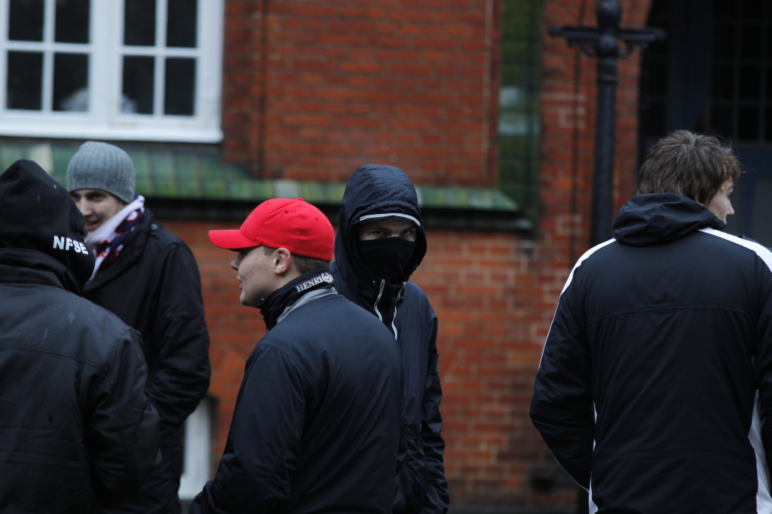Andreas Holmenlund Snedker ses her maskeret sammen med en gruppe White Pride-medlemmer under SIADs demonstration i Herning i november 2011. Foto: Redox.