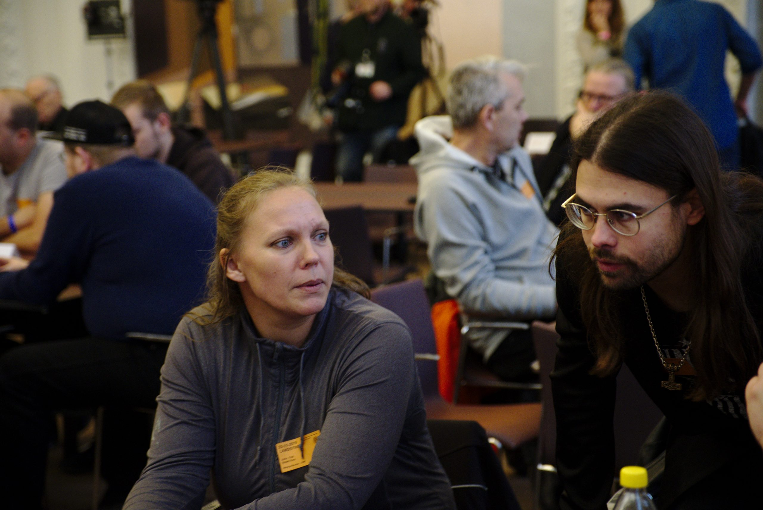 Harald Pedersen (langt hår og briller) under Stram Kurs' årsmøde. På den nazistiske organisation NMR's hjemmeside optræder han på foto sammen med den hærværkssigtede Jacob Vullum Andersen.