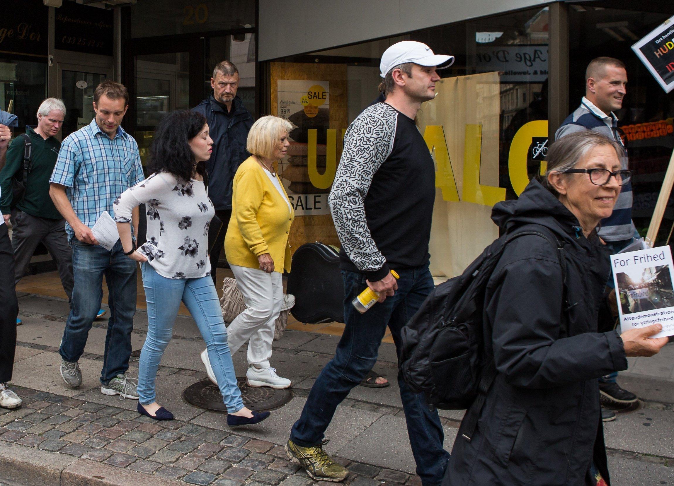 Carsten Thrane (bagerst) under For Frihed-demonstration i 2015. På billedet ses to daværende medlemmer af Danskernes Parti, Jakob Rolandsen (i hvid kasket) og Nicolai Boesen (stribet trøje længst til højre). Foto: Redox