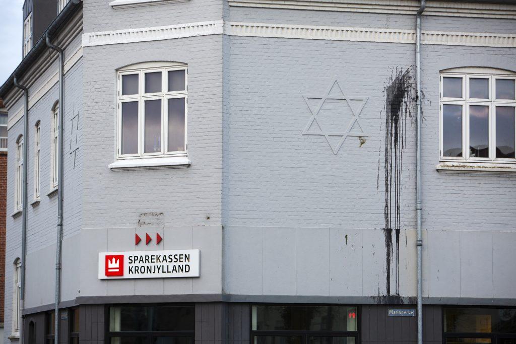 De to nazister er bl.a. dømt for hærværk mod Sparekassen Kronjyllands afdeling i Randers, ved at have kastet maling på facaden, hvor der er afbilledet en Davidstjerne.