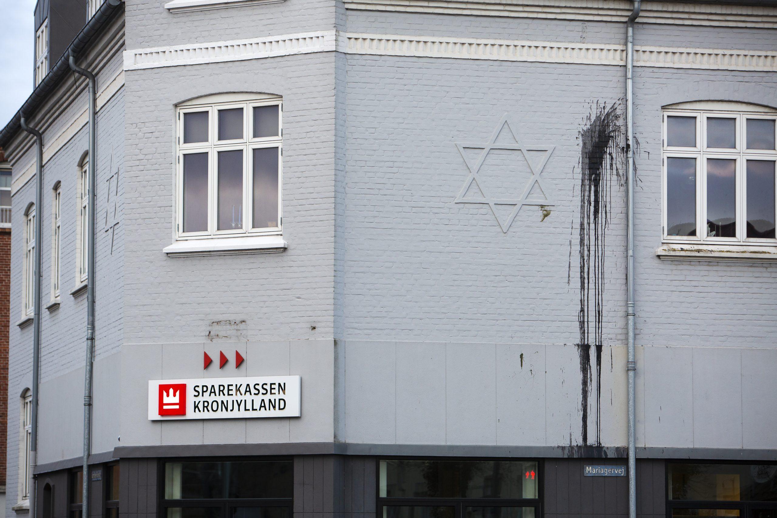 De to nazister er bl.a. dømt for hærværk mod Sparekassen Kronjyllands afdeling i Randers, ved at have kastet maling på facaden, hvor der er afbilledet en Davidstjerne. Foto: Redox.