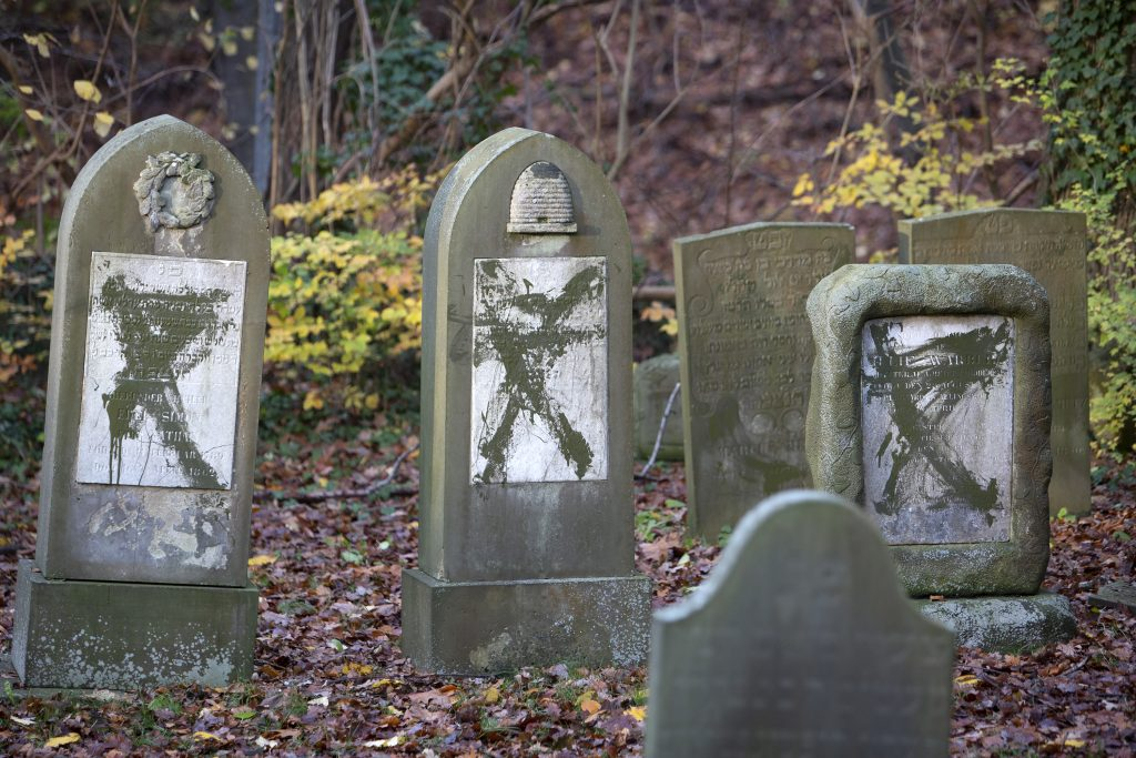Den jødiske kirkegård i Randers efter hærværket. Foto: Redox.