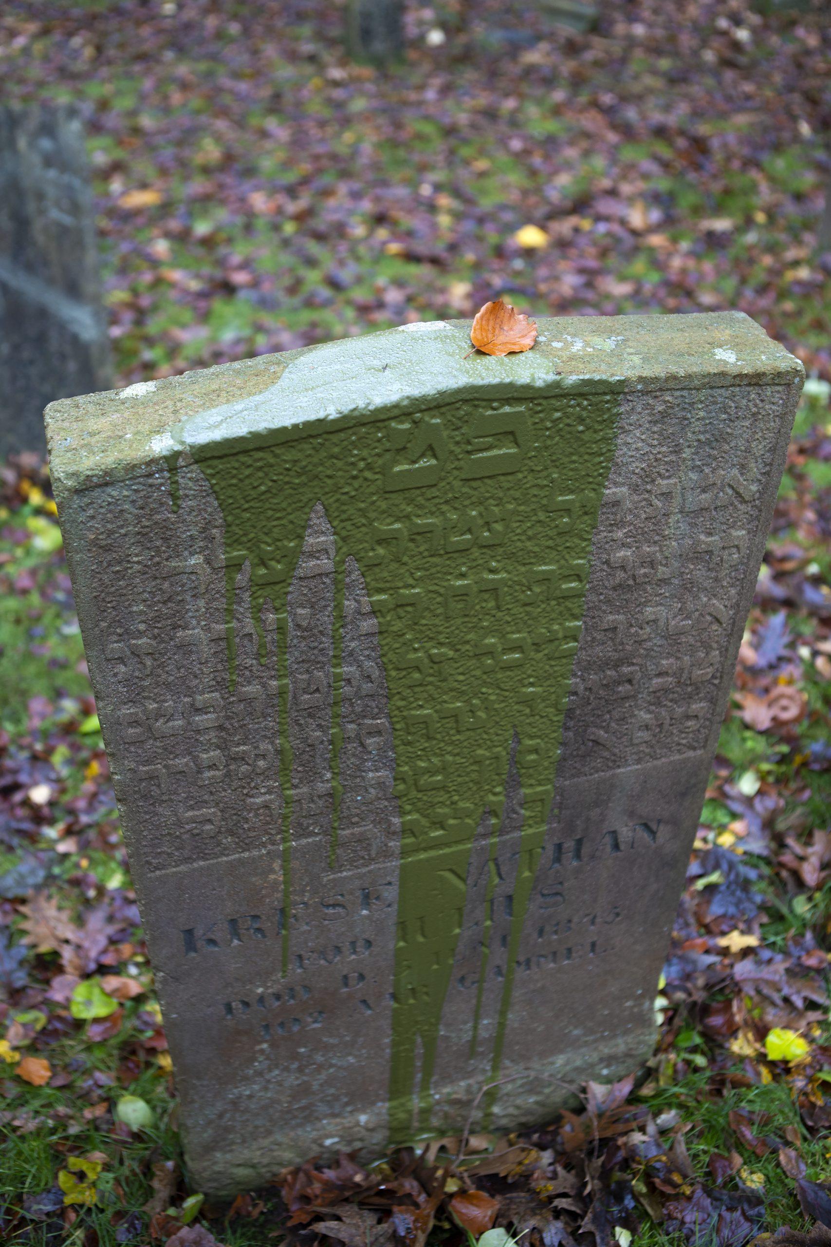 Den jødiske kirkegård i Randers efter hærværket.