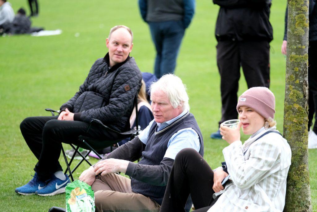 Carsten Thrane ses her ved Stram Kurs' 1. maj demonstration i Fælledparken 2020. Til venstre ses Benjamin Graabæk Jensen og i forgrunden med lyserød hue Cammilla Kürstein. Foto: Redox.