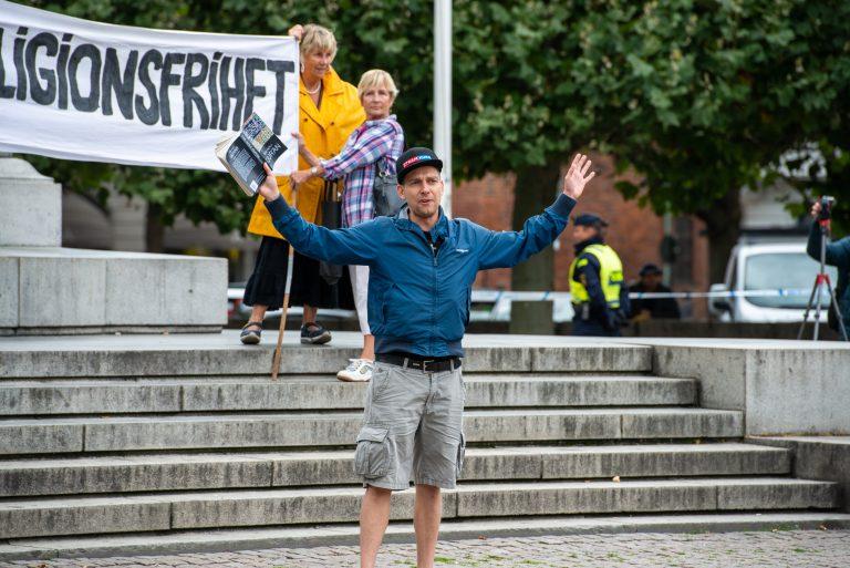 Kent Nielsen ses her med koranen i hånden under en Stram Kurs-demonstration i Malmö i august 2020. Foto: Victor Pressfeldt.