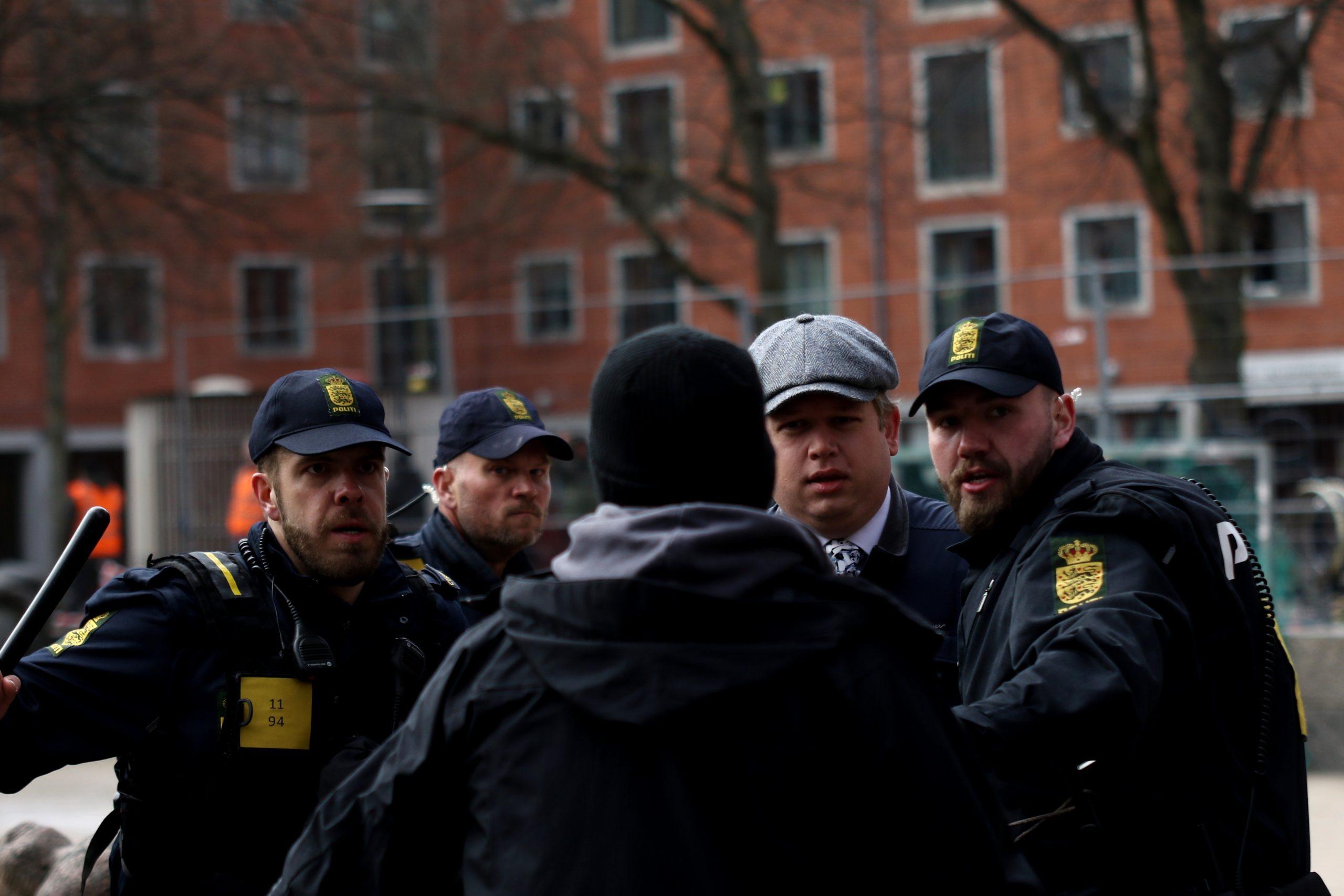 Rasmus Paludan evakueres under demonstrationen på Blågårds Plads den 14. april 2019. Foto: Redox.