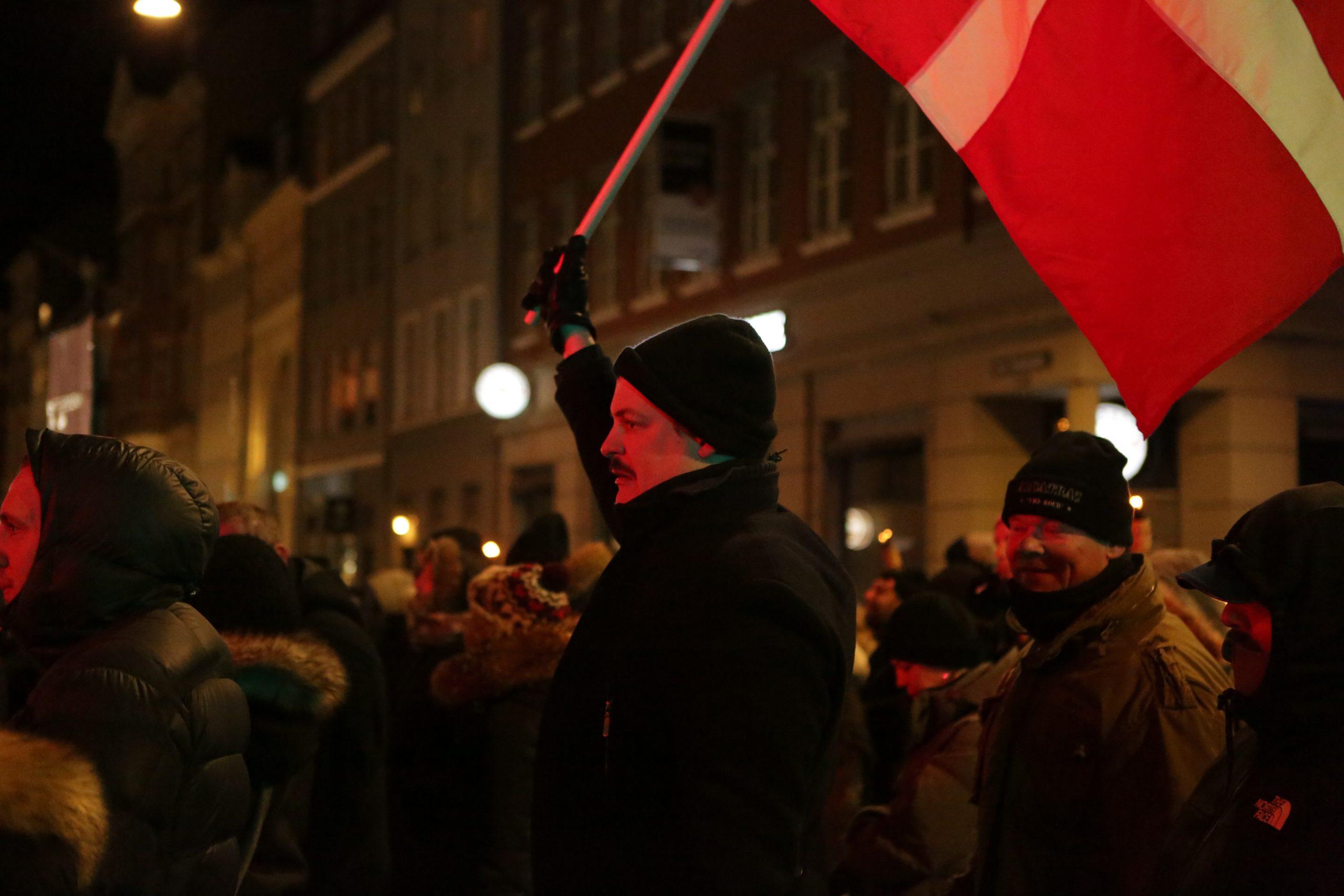 Lars Agerbæk fra den københavnske Alt-right scene ses bærende på en Dannebrogsfane. Foto: Redox.