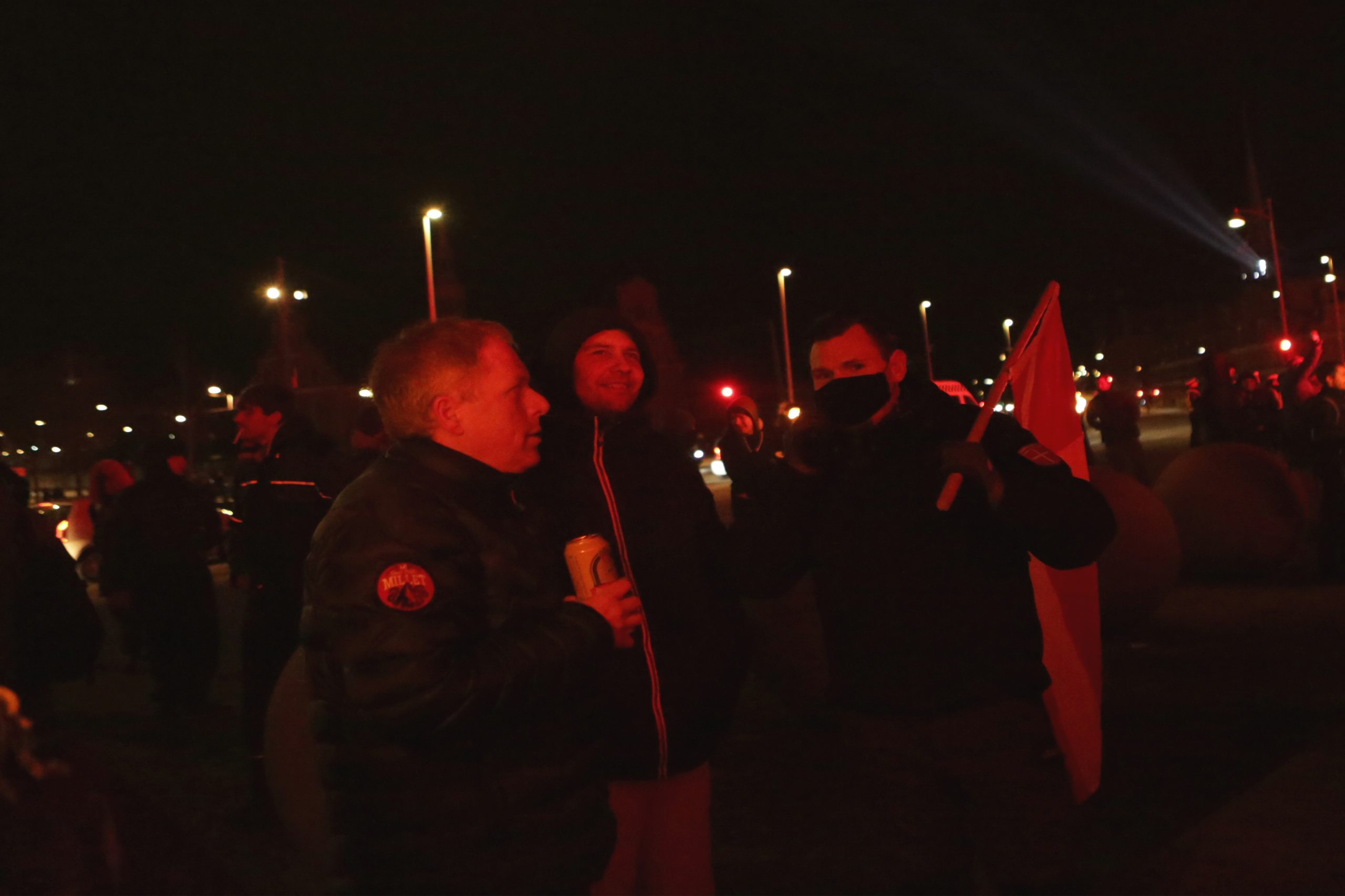 Ved demonstrationen havde den lille Alt-rigt gruppe medbragt deres eget Dannebrog, som de ivrigt flagede med. Andre 'Sigtyr' Mortensen ses her med flaget over skulderen. Foto: Redox.