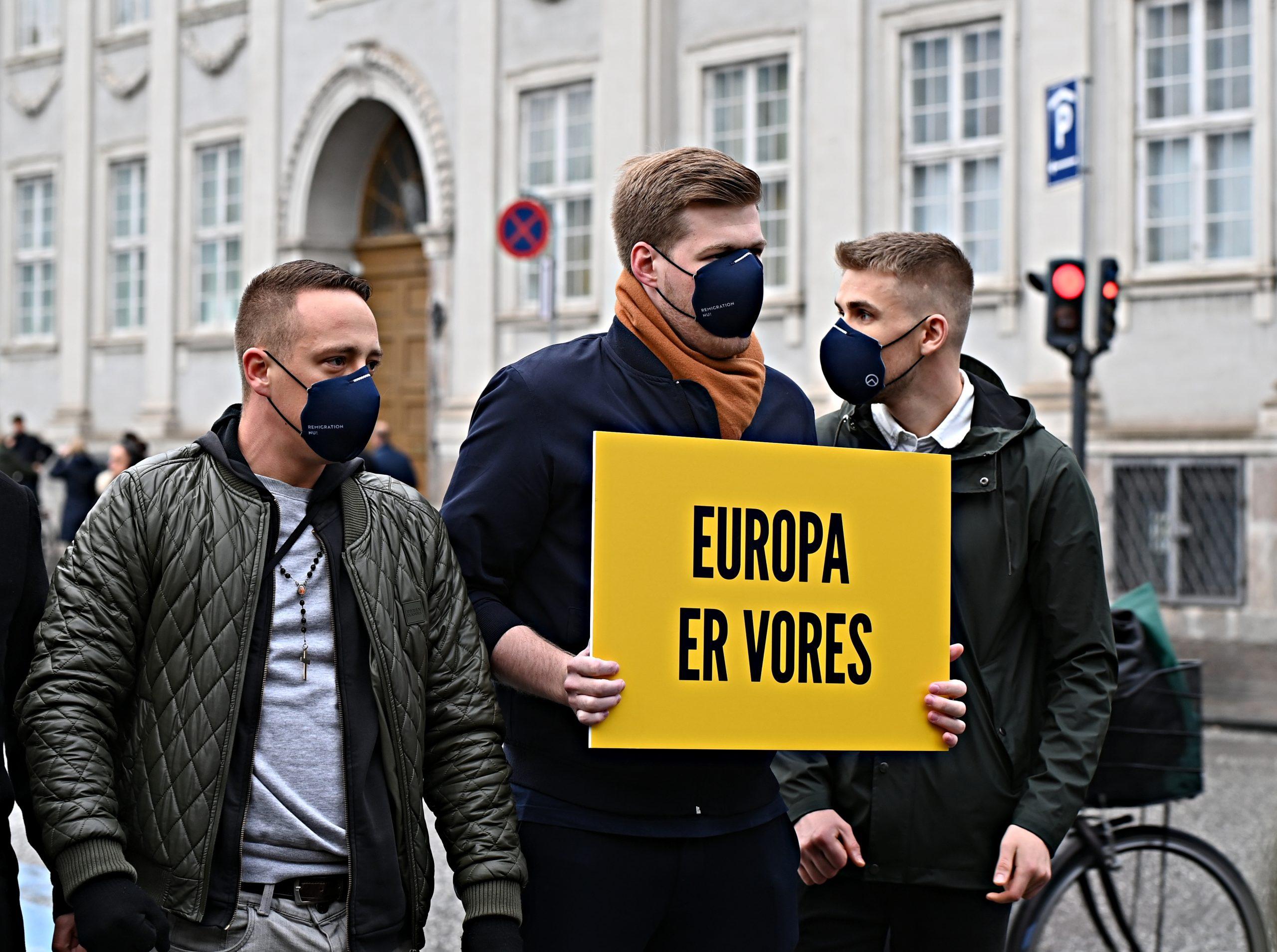Foran den franske ambassade ses fra højre Generation Identitær-aktivisterne Emil Naundrup Vester, Asbjørn Magnus Voetmann og Sebastian Nielsen under aktionen i oktober.