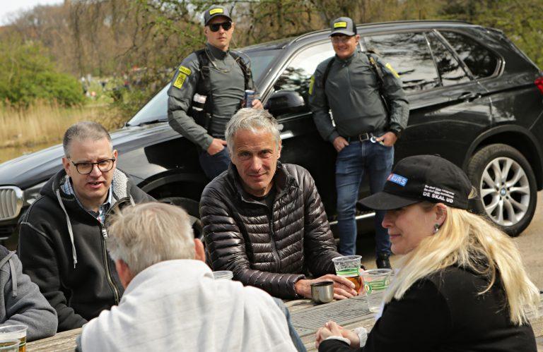 Kim Gjetting Michelsen (t.v.) og Kenn Boye Rosenkrantz (t.h.) ses her i sorte jakker ved Stram Kurs' 1. maj-demonstration i Fælledparken i år. Foto: Redox