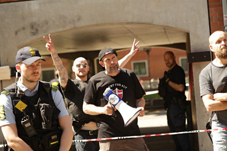 John Lydeking Andersen (med megafon) i front og Philip Bagge i baggrunden ved søndagens demonstration på Blågård Plads. Yderst til højre ses Lars Theilade. Foto: Redox