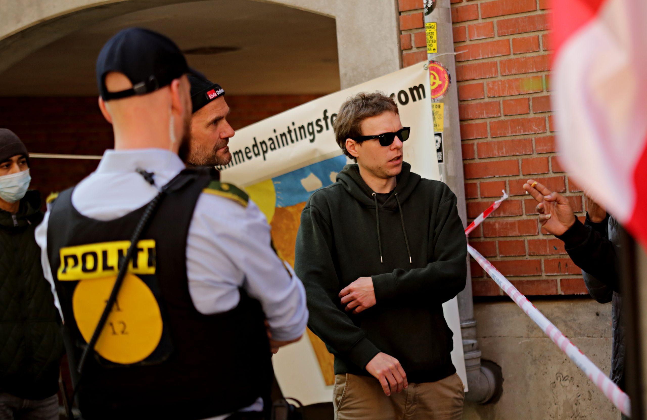 Dennis Corell Iversen (med solbriller) og John Lydeking Andersen under demonstrationen på Blågårds Plads i søndags. Foto: Redox