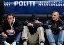 Mickey Weiergang Dreier ses her yderst til højre den 10. maj 2014 tilbageholdt af politiet, sammen med andre højreradikale. Foto: Redox.